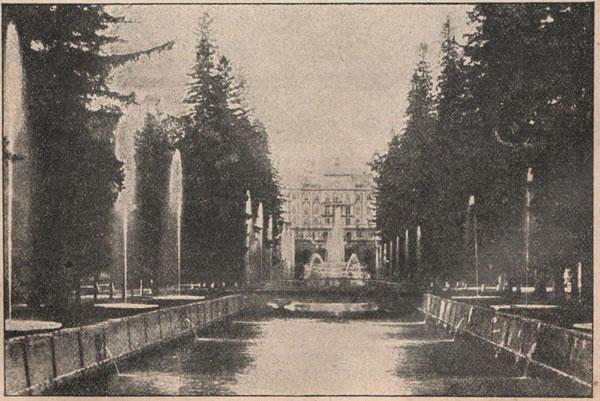 Рис. 128. Петергофскій дворецъ и фонтаны.
