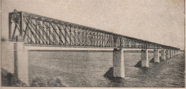 Pиc. 132. Александровскій Сызранскій на Волгѣ мостъ, до 11/2 версты въ длину, самый длинный мостъ въ Европѣ, имѣетъ 13 пролетовъ, построенъ въ царствованіе