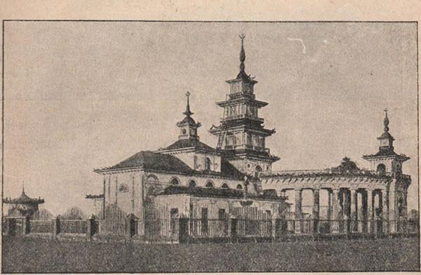 ис. 143. Калмыцій хурулъ (храмъ) близъ Астрахани, на берегу Ахтубы; постройка напоминаетъ китайскіе храмы загнутыми кверху крышами и высокими шпилями.