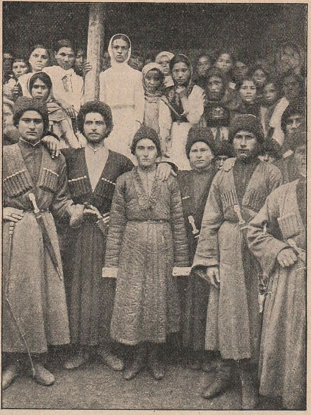 Рис. 163. Группа осетинъ-горцевъ изъ селенія Ардонъ на Военно-Осетинской дорогѣ.